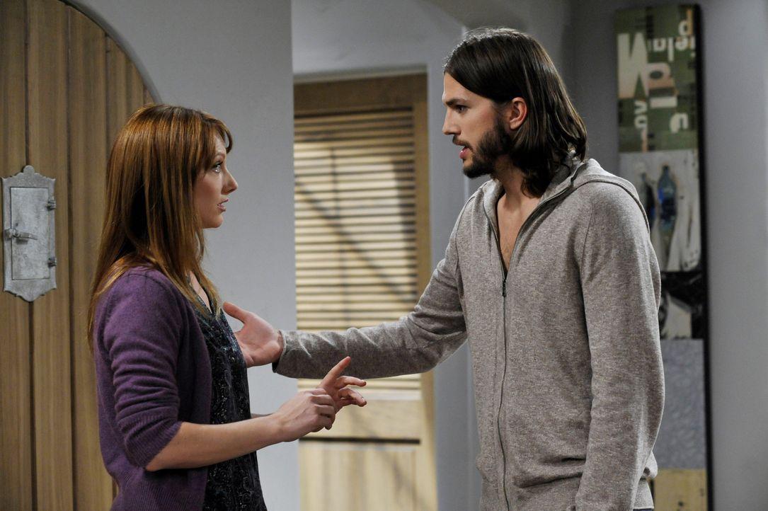 Während Walden (Ashton Kutcher, r.) sein Bestes tut, um Zoey zu beeindrucken, taucht Bridget (Judy Greer, l.) wieder in seinem Leben auf ... - Bildquelle: Warner Brothers Entertainment Inc.