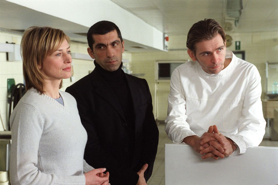 Pathologe Arango (Tonio Arango, r.) konfrontiert Eva Blond (Corinna Harfouch, l.) und ihren Kollegen Alyans (Erdal Yildiz, M.) mit einem eher ungew - Bildquelle: Sat.1