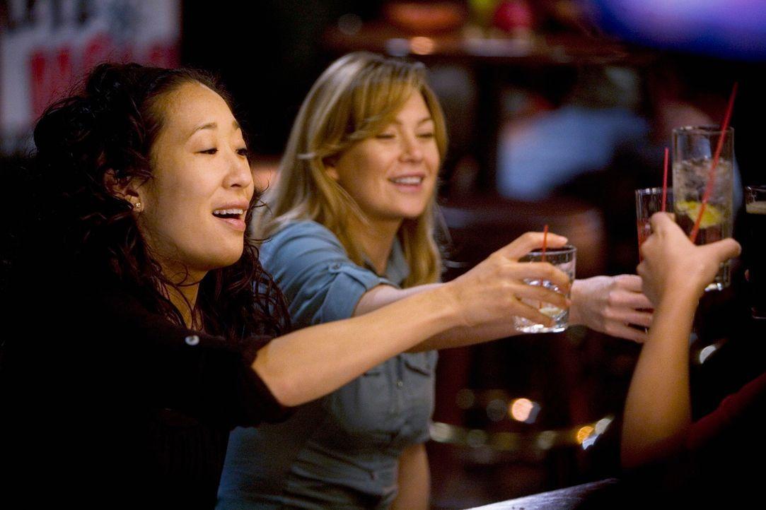 Feiern Georges bestandene Prüfung: Cristina (Sandra Oh, l.) und Meredith (Ellen Pompeo, r.) ... - Bildquelle: Touchstone Television