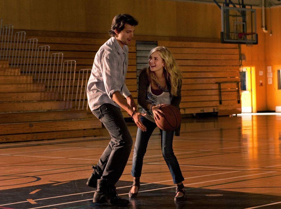 Baze (Kristoffer Polaha, l.) und seine Tochter Lux (Brittany Robertson, r.) amüsieren sich beim gemeinsamen Basketballspiel... - Bildquelle: The CW   2009 The CW Network, LLC. All Rights Reserved