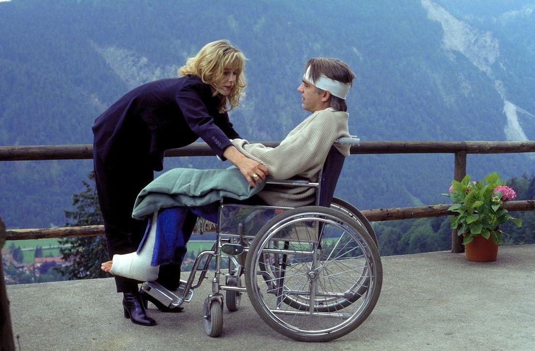 Unfall oder Mordversuch? Liebevoll nimmt sich Julia (Ann-Kathrin Kramer, l.) ihres verletzten Mannes (Christoph M. Ohrt, r.) an. ... - Bildquelle: Frank Lemm ProSieben