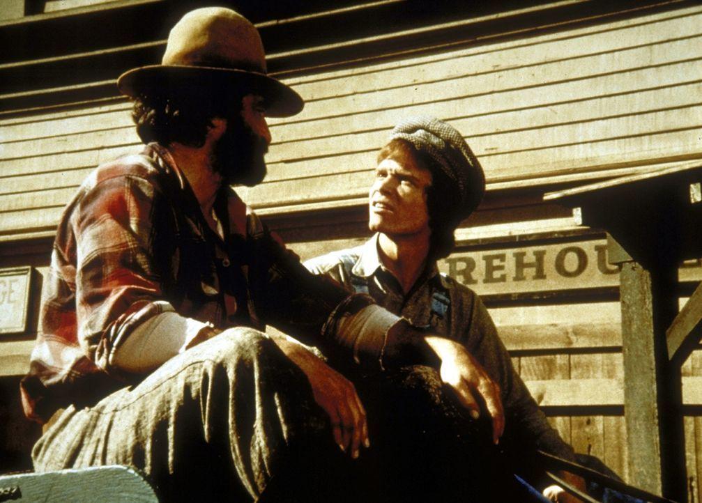 Johnny (Mitch Vogel, r.) freut sich, dass Mr. Edwards (Victor French, l.) ihn mit nach Mankato nimmt. - Bildquelle: Worldvision