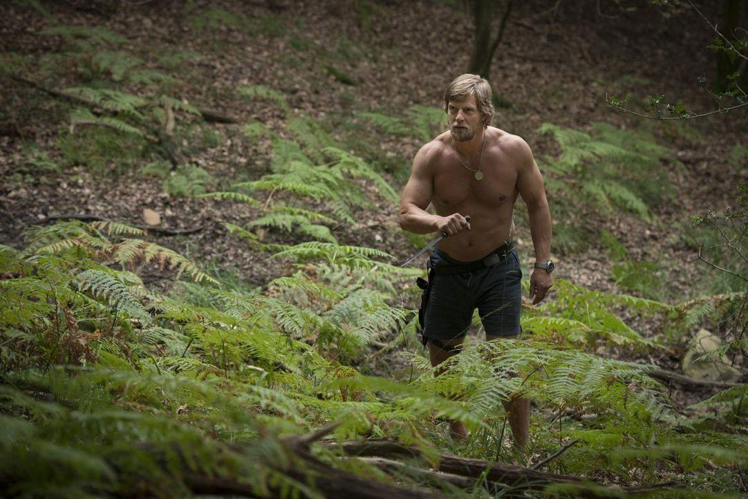 Mick Brisgau (Henning Baum) hält sich seit Monaten im Wald versteckt - nur seine Vertraute, die Uschi, weiß, wo er ist - und verrät schließlich... - Bildquelle: Martin Rottenkolber SAT. 1