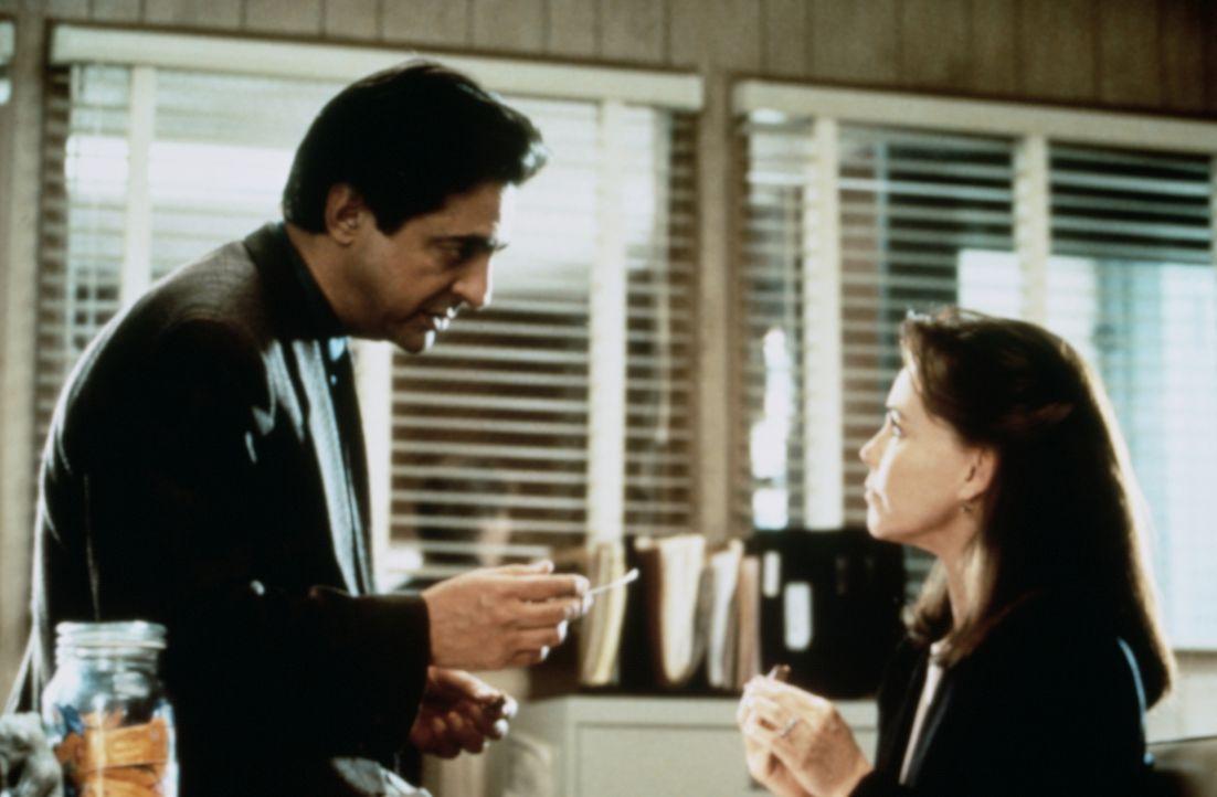 Nur bei Detective Joe Denillo (Joe Mantegna, l.) stößt Karen (Sally Field, r.) für ihr Vorhaben auf Verständnis. Er hilft ihr, Doob ausfindig zu mac... - Bildquelle: Paramount Pictures