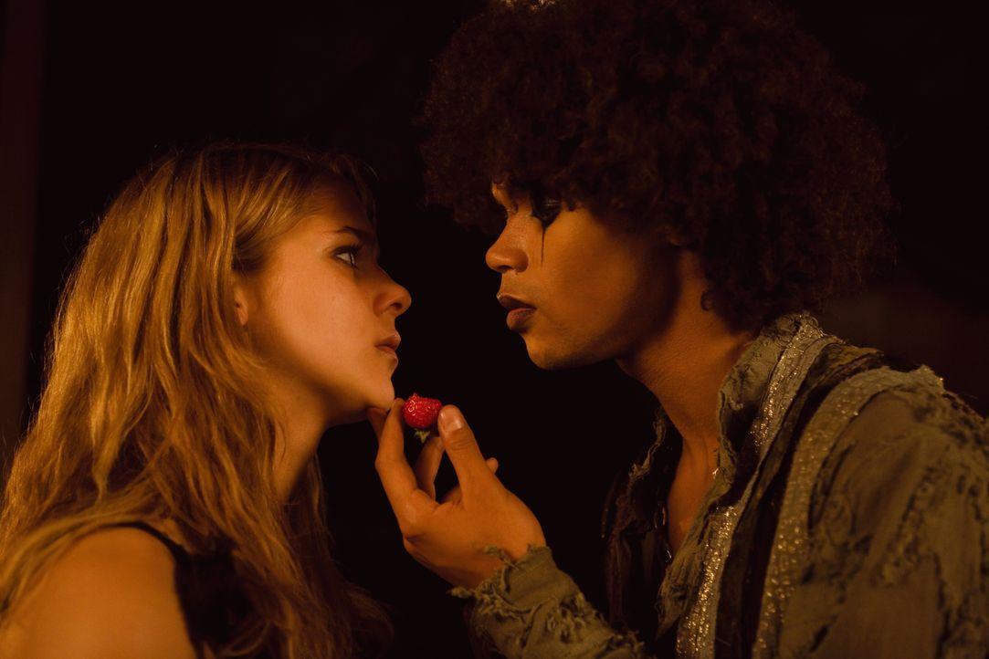 Vanessa (Sarah Kim Gries, l.) verfällt dem Charme des Anführers der Schattensucher, Darkside (Marvin Unger, r.) ... - Bildquelle: Buena Vista International