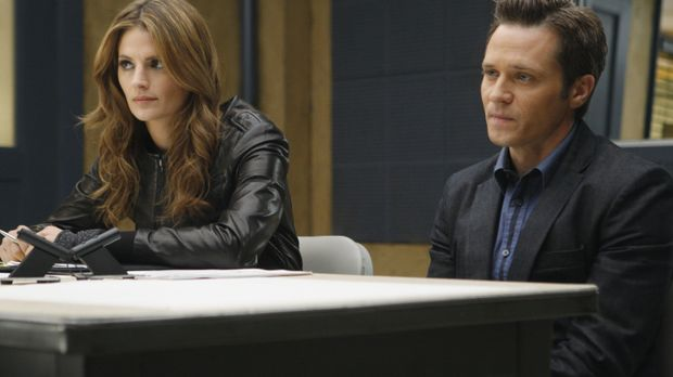 Kate Beckett (Stana Katic, l.) und ihr Kollege Kevin Ryan (Seamus Dever, r.)...