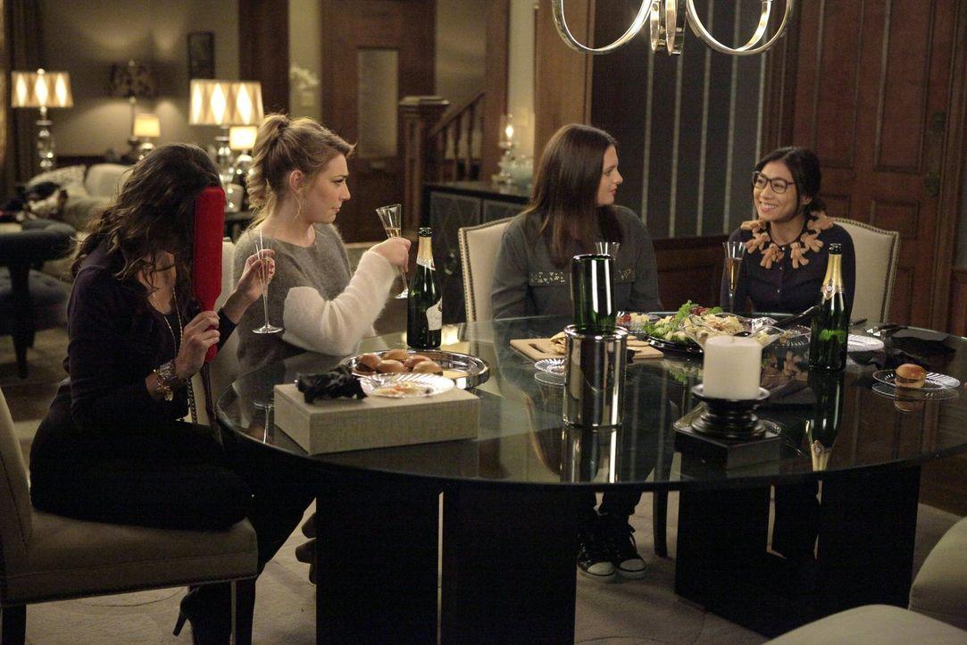 Während Kimmie Valentinstag allein mit ihrem Freund verbringen möchte, lenkt Kendall (Kate Jenkinson, 2.v.l.) Marika (Lauren Ash, 2.v.r.) und Helen-... - Bildquelle: Warner Brothers
