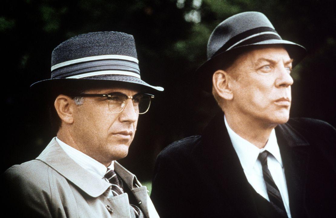 Jahre nach der Ermordung Kennedys versucht Staatsanwalt Garrison (Kevin Costner, l.), die wahren Hintergründe von Kennedys Ermordung ans Licht zu br... - Bildquelle: Warner Bros.