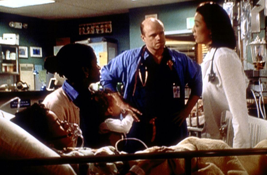 Mrs. Lattimers (Bahni Turpin, 2.v.l.) Sohn Kelly hätte gerettet werden können. Nun versucht Chen (Ming-Na Wen, r.), Romano (Paul McCrane) von einem... - Bildquelle: TM+  2000 WARNER BROS.