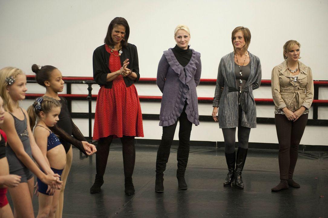 Eine Entscheidung kurz vor einem Wettkampf bringt alle ins Straucheln: Paige (l.), Mackenzie (2.v.l.), Nia (3.v.l.) und die Dance Moms Holly (M.), C... - Bildquelle: Scott Gries 2012 A+E Networks