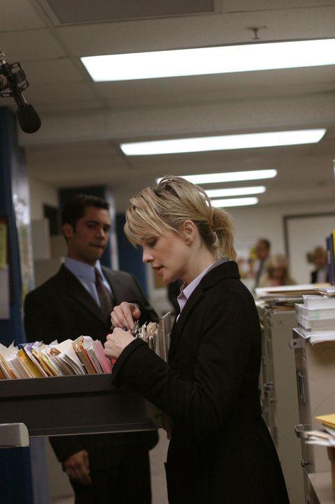 Det. Lilly Rush (Kathryn Morris, r.) und Det. Scott Valens (Danny Pino, l.) durchforsten die Akten nach einem Hinweis ... - Bildquelle: Warner Bros. Television