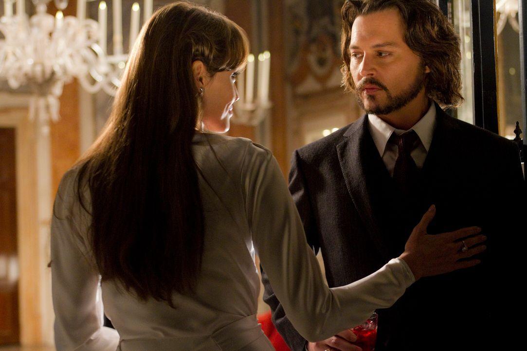 Frank (Johnny Depp, r.) ist von der mysteriösen Fremden Elise (Angelina Jolie, l.) fasziniert und ahnt nicht, dass er sich in tödliche Gefahr begibt... - Bildquelle: CPT Holdings, Inc.  All Rights Reserved.