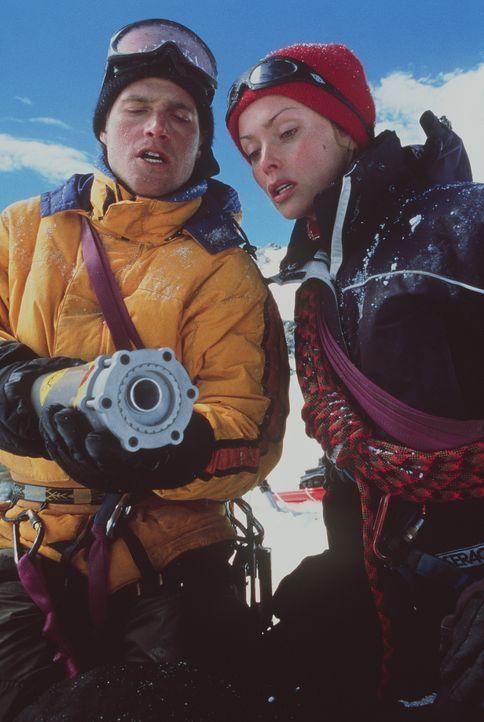 Um die Gletscherspalte wegsprengen zu können, nehmen Peter (Chris O'Donnell, l.) und Monique (Izabella Scorupco, r.) hochexplosives Nitroglyzerin m... - Bildquelle: Columbia Pictures