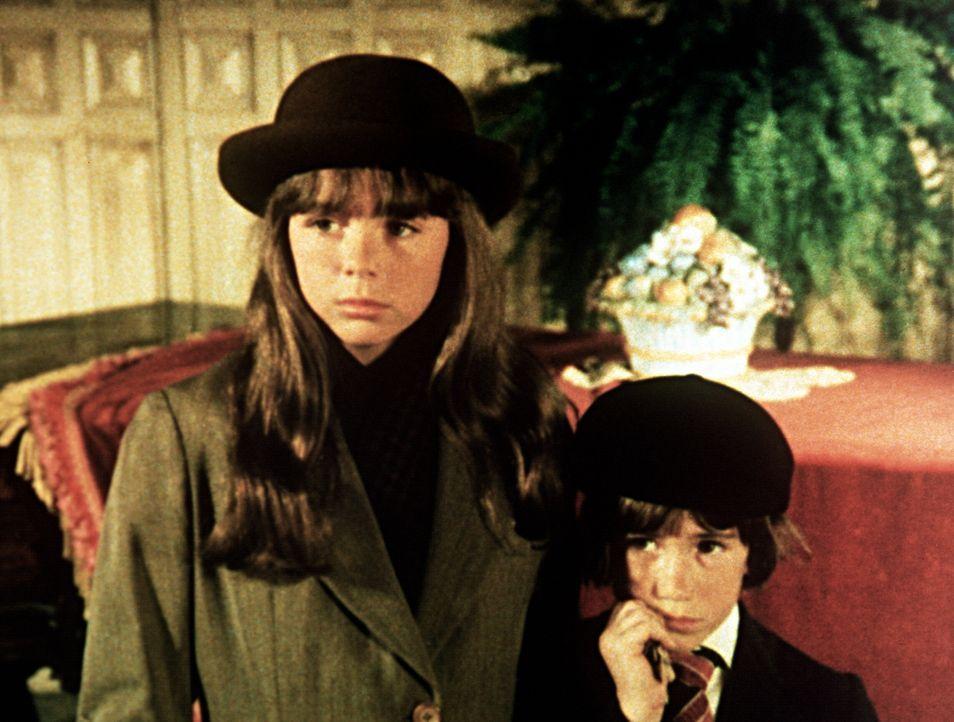 Tess (Sally Boyden, l.) und Pip (Jeff Cotler, r.) vermissen ihre Eltern so sehr, die seit dem Bombenangriff auf London vermisst werden. - Bildquelle: WARNER BROS. INTERNATIONAL TELEVISION