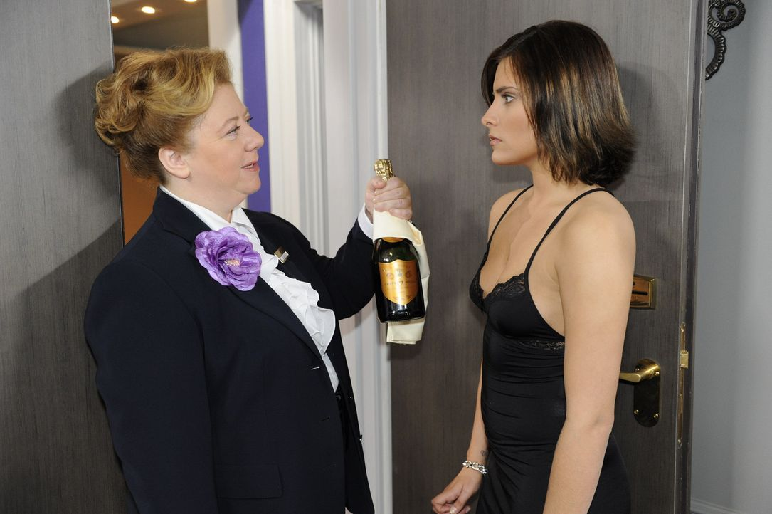 Paula (Regine Hentschel, l.) erwischt Chris (Sophia Thomalla, r.) in einem Hotelzimmer, will allerdings keinen Skandal vor den Gästen und hält sic... - Bildquelle: SAT.1