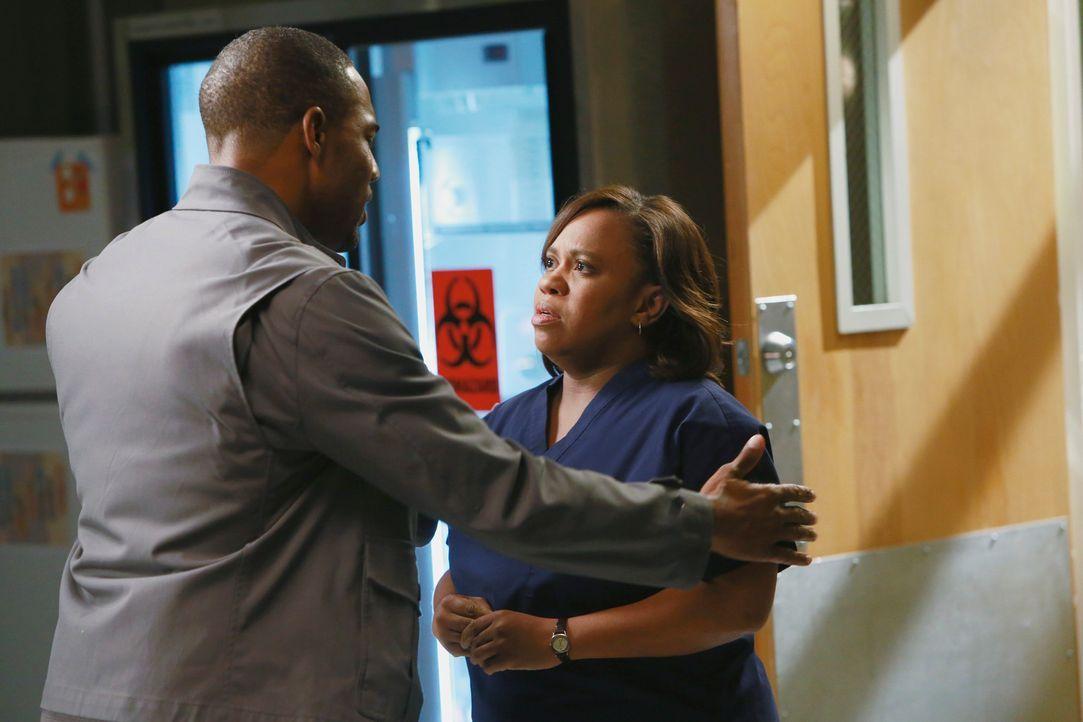 Ben (Jason George, l.) ist der Einzige, der Bailey (Chandra Wilson, r.) zum Reden bringen kann. Sie macht sich schwere Vorwürfe für den Tod dreier P... - Bildquelle: ABC Studios