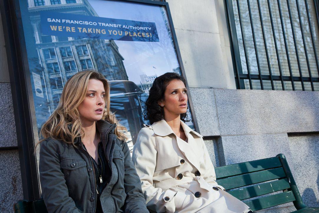 Treffen sich mit den Verfolgern: Ilsa (Indira Varma, r.) und Klientin Julia (Emily Foxler, l.) ... - Bildquelle: 2011  Warner Bros.