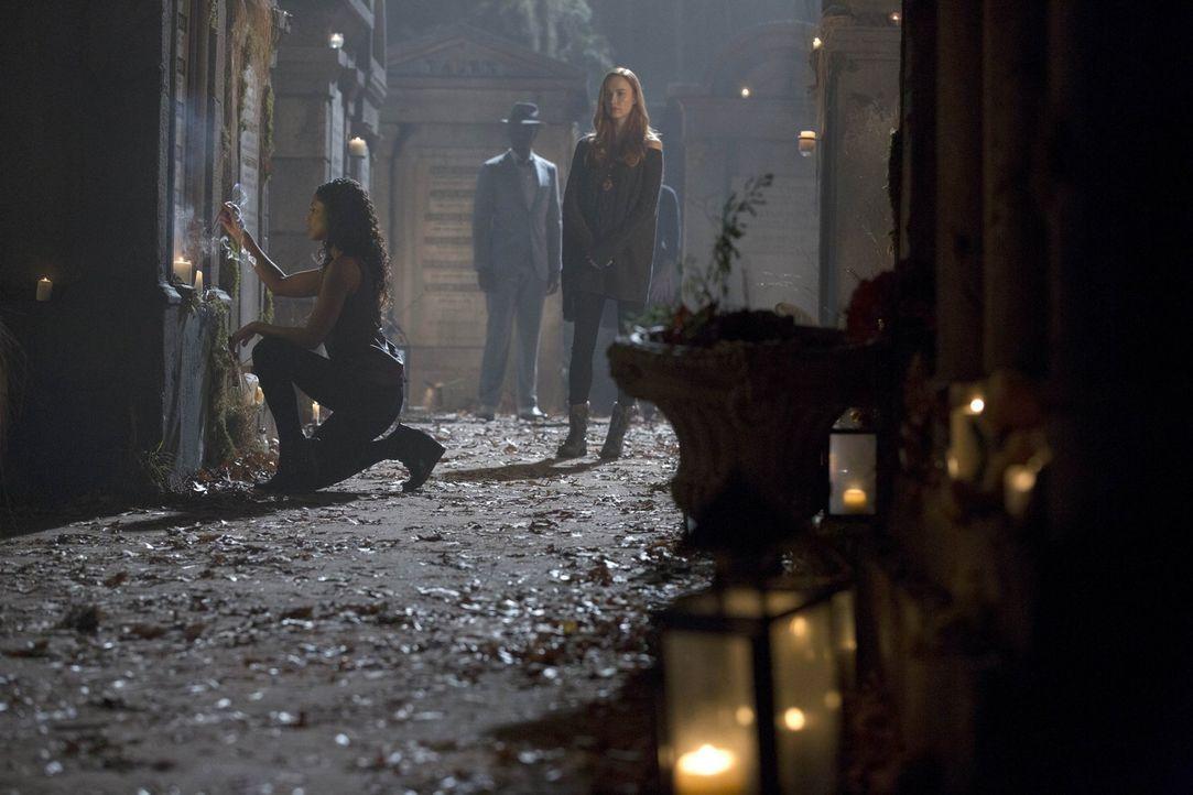 Mit Genevieve (Elyse Levesque, r.) und Papa Tunde (Owiso Odera, M.) versammelt Celeste (Shannon Kane, l.) die mächtigsten Hexen von New Orleans um s... - Bildquelle: Warner Bros. Television
