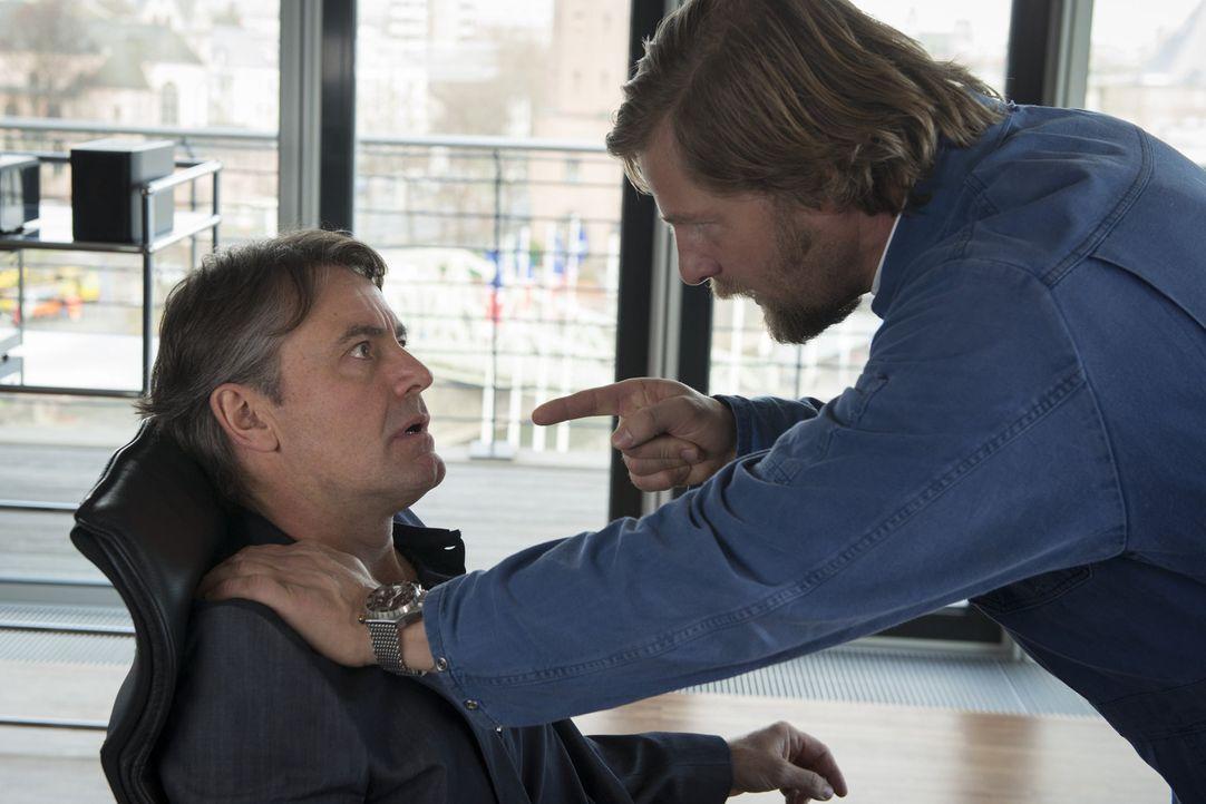 Obwohl bundesweit als Mörder gesucht, will Mick (Henning Baum, r.) endlich wissen, was in der Neujahrsnacht 2001/2002 mit ihm, dem damaligen Koma-Pa... - Bildquelle: Martin Rottenkolber SAT.1