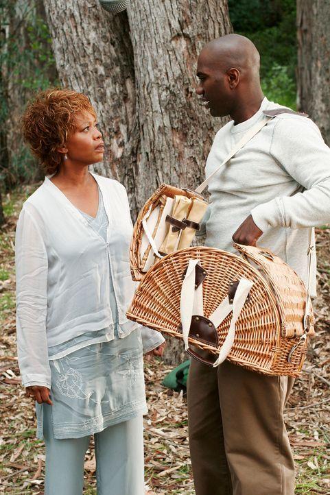 Betty (Alfre Woodard, l.) plant ein Picknick mit Caleb (Nashawn Kearse, r.), um ihn dabei mit einem starken Medikament schmerzlos zu töten ... - Bildquelle: 2005 Touchstone Television  All Rights Reserved