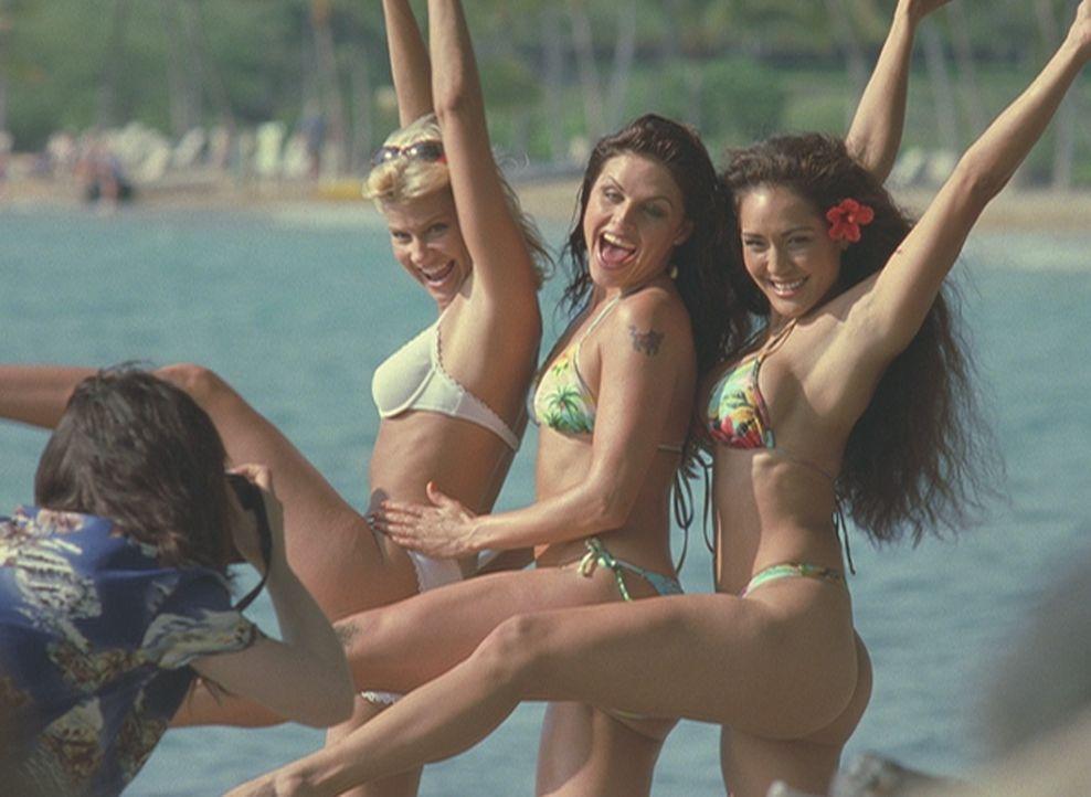 Auf Hawaii verbringt eine Gruppe ehemaliger Studentinnen (Amy Lindsay, l., Belinda Gavin, M.) ihr fünfjähriges Klassentreffen und lässt sich bei die... - Bildquelle: 2004 by Epsilon Motion Pictures