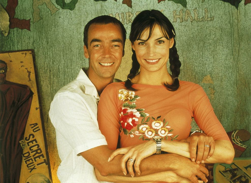 Seit einiger Zeit träumt das Gangsterpärchen Leo (John Hannah, l.) und Lily (Famke Janssen, r.) vom süßen Nichtstun auf Kuba. Dazu bedarf es all... - Bildquelle: Columbia Pictures