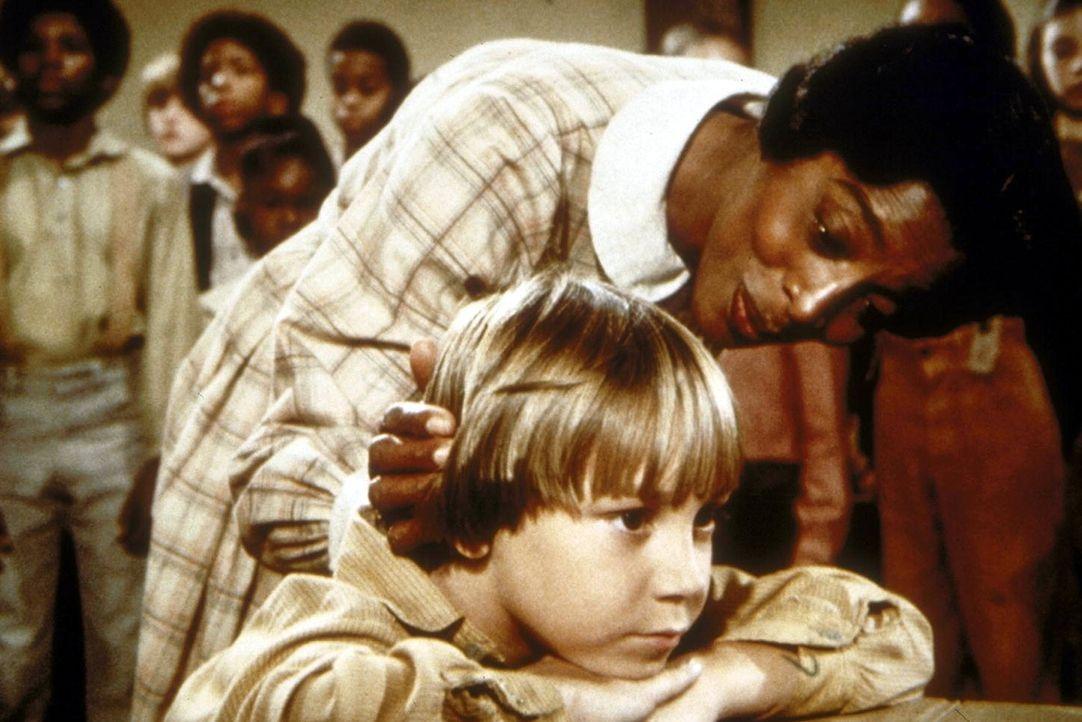 Hester Sue (Ketty Lester) will Timothy (Keith Mitchell, vorne) unbedingt dazu bewegen, im Chor mitzusingen. - Bildquelle: Worldvision