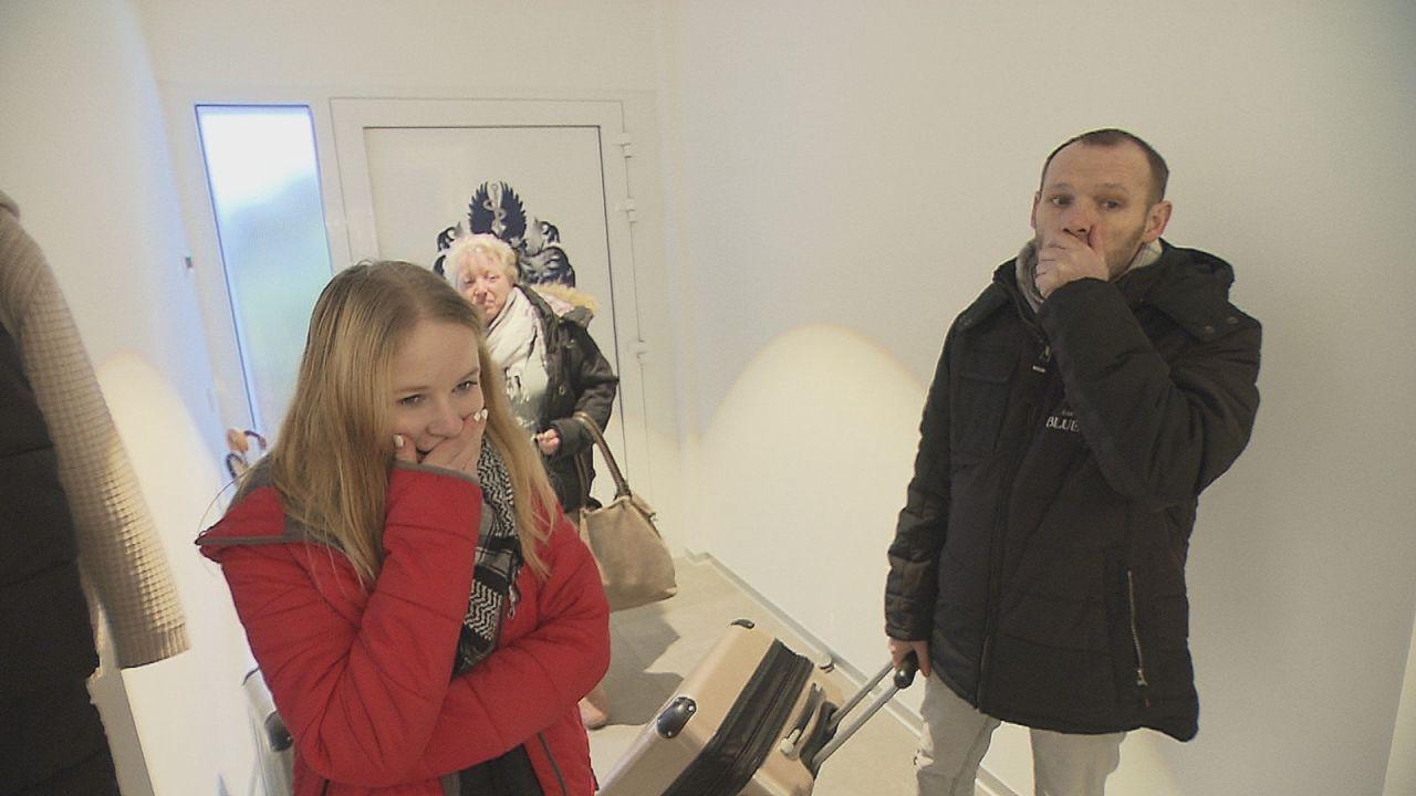 Als sie ihr neues Zuhause für eine Woche in der Luxusvilla ihrer Tauschfamilie beziehen, können Laura Kittler (l.), Eva Kittler (M.) und Manfred Klu... - Bildquelle: SAT.1