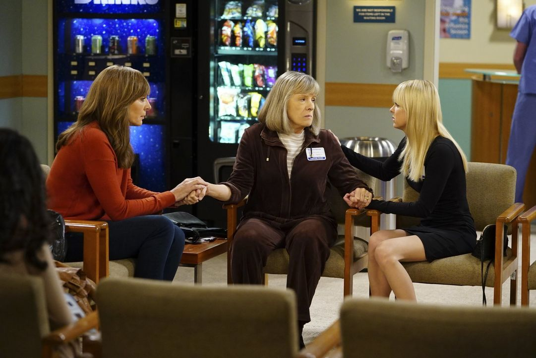 Als Marjories (Mimi Kennedy, M.) Mann einen Herzinfarkt erleidet, stehen Bonnie (Allison Janney, l.) und Christy (Anna Faris, r.) ihr zur Seite ... - Bildquelle: 2017 Warner Bros.