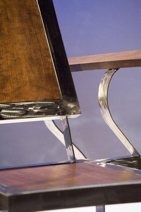 Gasper wagt sich mit seinem speziellen Stuhl sehr weit aus dem Fenster - zu weit? - Bildquelle: 2015 Warner Bros.