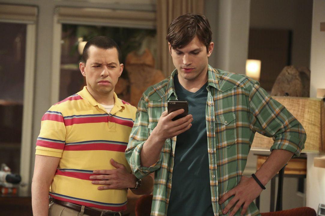 Nachdem Walden (Ashton Kutcher, r.) eine Droh-SMS erhält, die Zitate aus dem Privatleben von Charlie Sheen stark ähneln, sucht er mit Alan (Jon Crye... - Bildquelle: Warner Brothers Entertainment Inc.