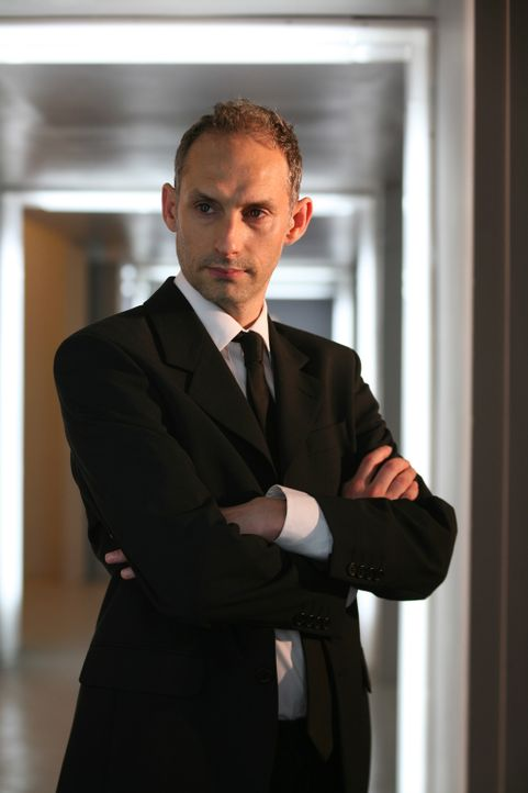 Assistent von Sir James Lester: Oliver Leek (Karl Theobald) ... - Bildquelle: ITV Plc
