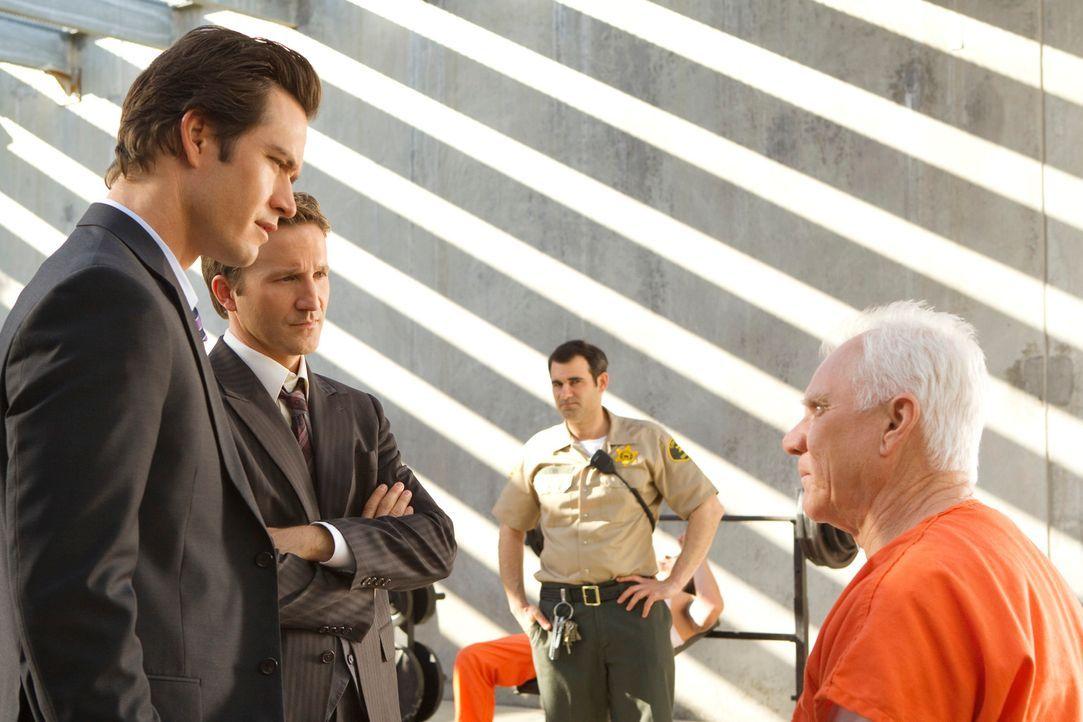 Stanton Infeld (Malcolm McDowell, r.) steht unter Verdacht, vor Jahren seinen Freund, dessen Leiche erst jetzt gefunden wurde, bei einer Bergtour er... - Bildquelle: 2011 Sony Pictures Television Inc. All Rights Reserved.