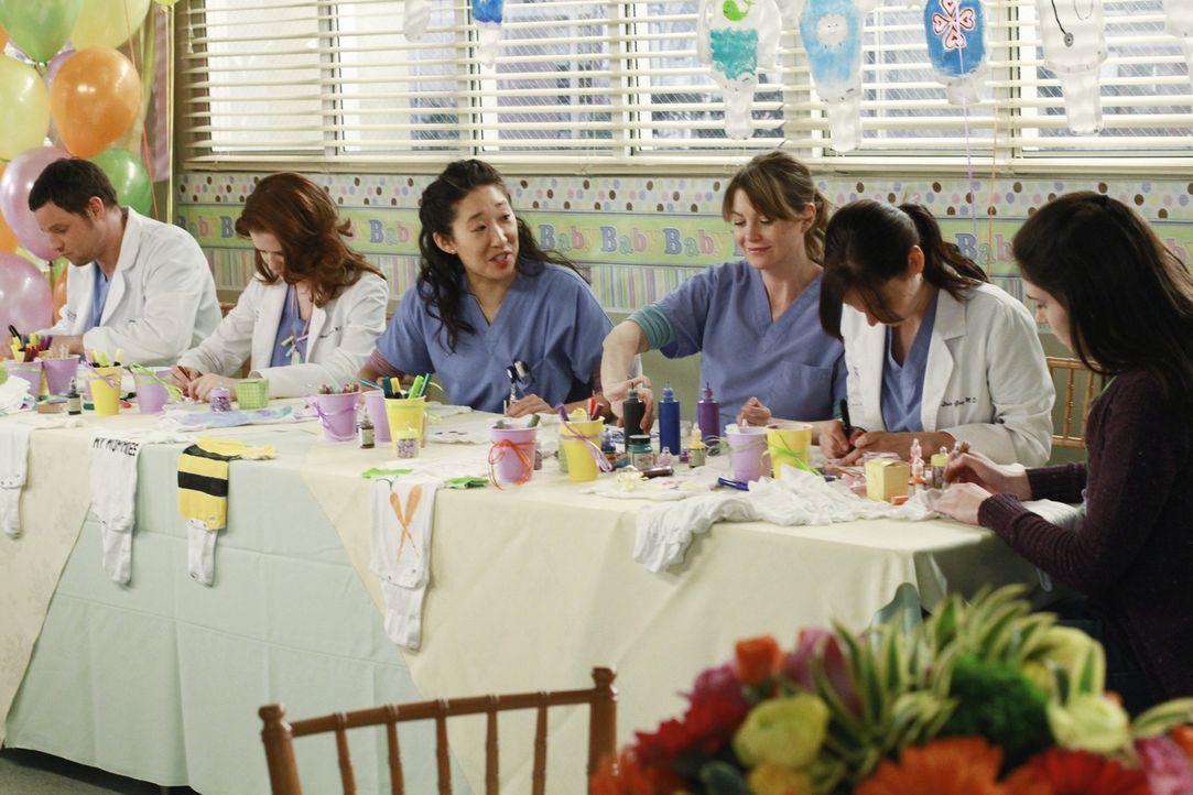 Selbstverständlich sind Alex (Justin Chambers, l.), April (Sarah Drew, 2.v.l.), Cristina (Sandra Oh, 3.v.l.), Meredith (Ellen Pompeo, 3.v.r.) und L... - Bildquelle: ABC Studios