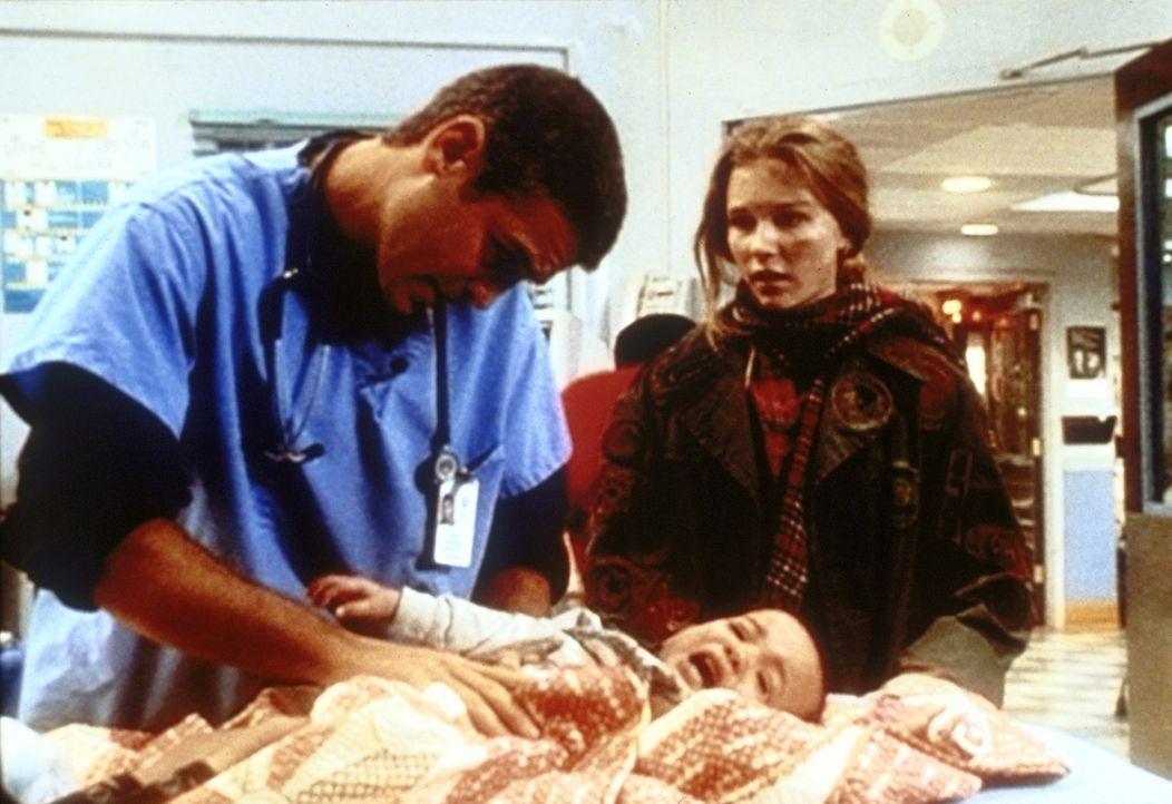 Als Charlie (Kirsten Dunst, r.) Dr. Douglas Ross (George Clooney, l.) das Kind ihrer Ersatzmutter Gloria bringt, stellt dieser eine schreckliche Dia... - Bildquelle: TM+  2000 WARNER BROS.