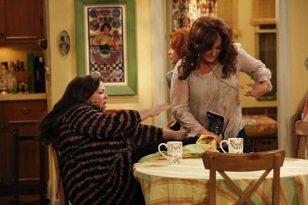 Was ist nur bei Molly (Melissa McCarthy, l.), Victoria (Katy Mixon, r.) und Joyce (Swoosie Kurtz, M.) los? - Bildquelle: Warner Brothers