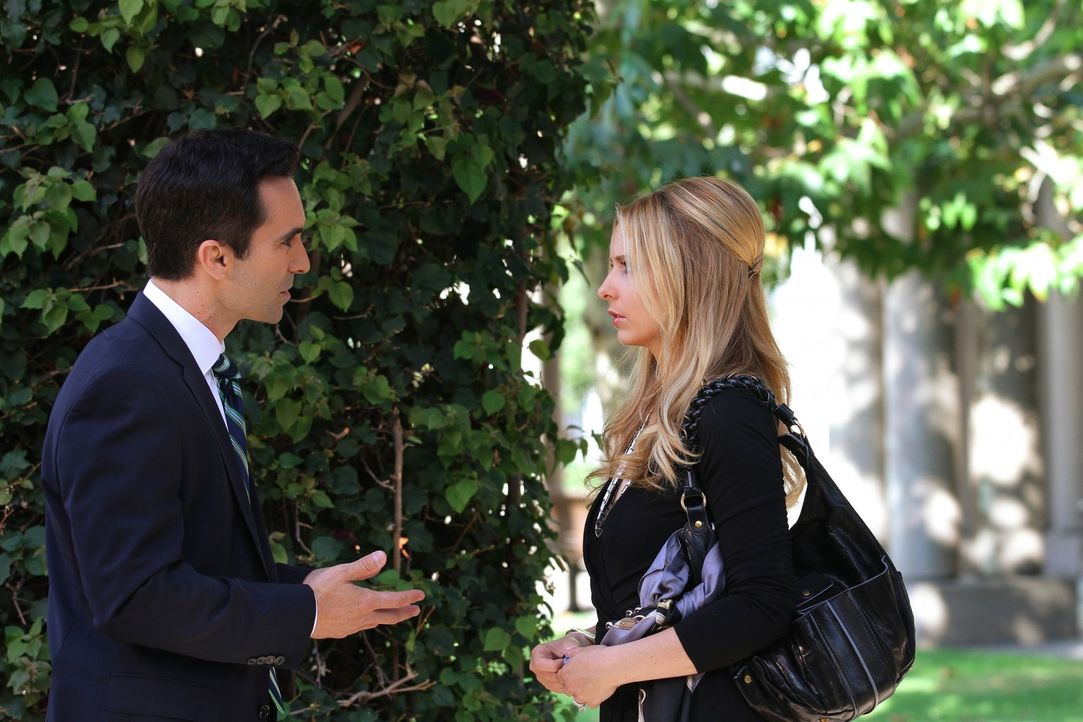 Bridgette (Sarah Michelle Gellar, l.) trifft sich mit dem FBI-Agenten Machado (Nestor Carbonell, l.) ... - Bildquelle: 2011 THE CW NETWORK, LLC. ALL RIGHTS RESERVED