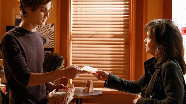 Offene Einladung: Nora (Sally Field, r.) lädt Ryan (Luke Grimes, l.) zu sich...