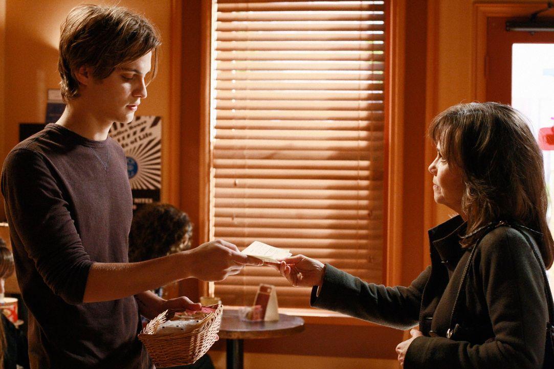 Offene Einladung: Nora (Sally Field, r.) lädt Ryan (Luke Grimes, l.) zu sich nach Hause ein. Wird Ryan das Flugticket einlösen? - Bildquelle: 2008 ABC INC.