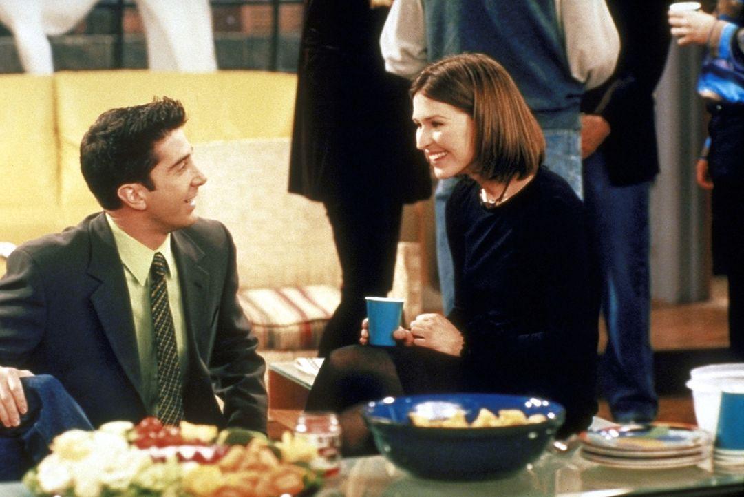 Ross (David Schwimmer, l.) springt für Rachel ein und führt Emily (Helen Baxendale, r.) aus. Die beiden verstehen sich besser als geplant ... - Bildquelle: TM+  2000 WARNER BROS.