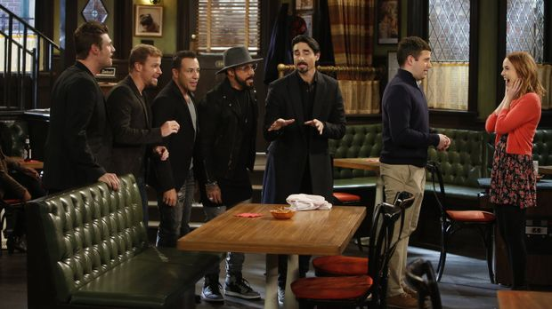 Mit Hilfe der Backstreet Boys macht Justin (Brent Morin, 2.v.r.) Candace (Bri...