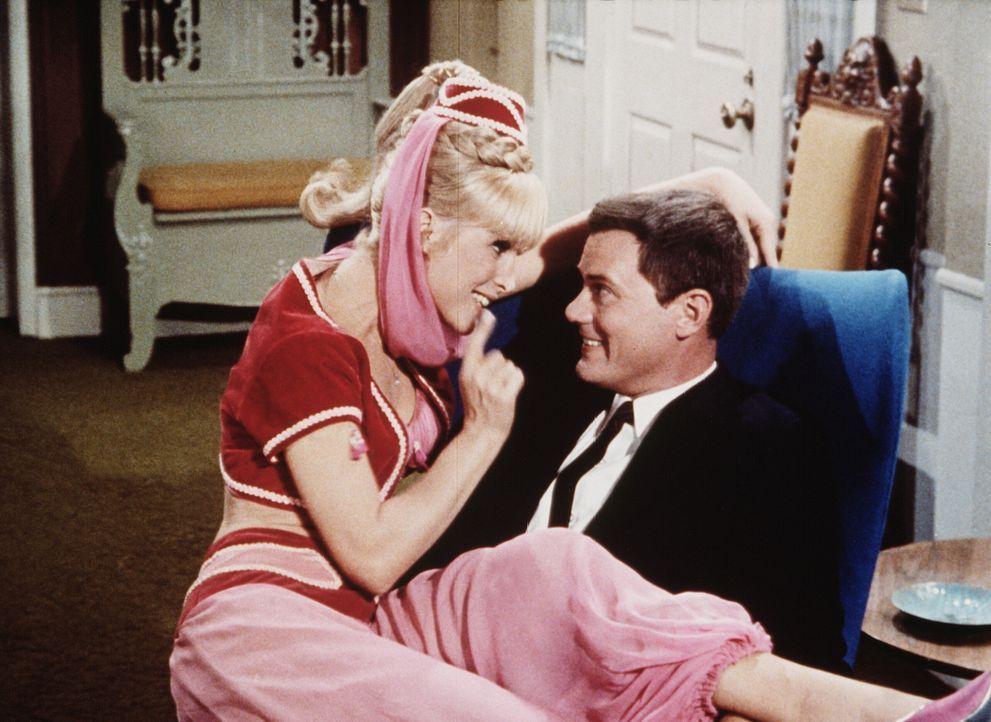 Tony (Larry Hagman, r.) erwartet Besuch vom amerikanischen Präsidenten und Jeannie (Barbara Eden, l.) ist es diesmal nicht, von der er Unheil erwart... - Bildquelle: Columbia Pictures