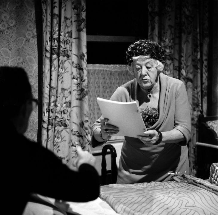 Miss Marple (Margaret Rutherford) ist als Schöffin bei einem Gerichtsverfahren tätig und sorgt für einen Aufschub des Urteils, da sie nicht glaubt,... - Bildquelle: Warner Brothers