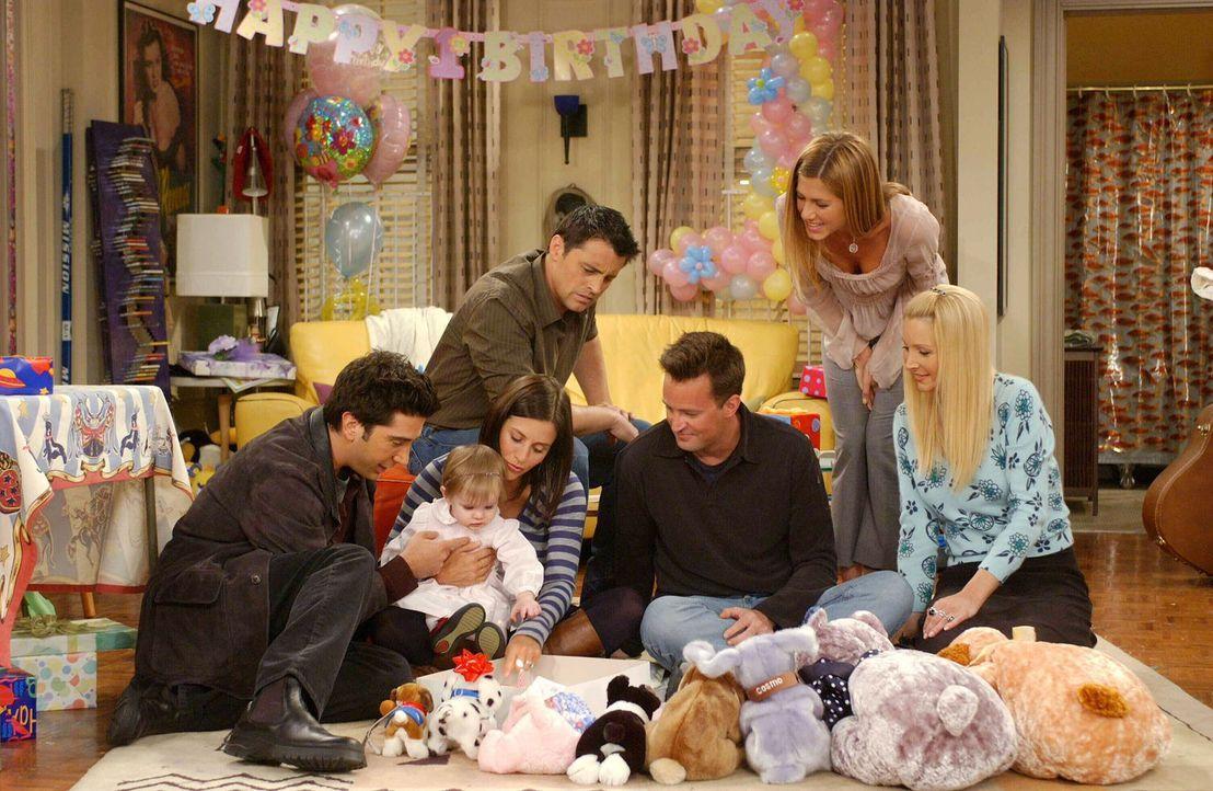 Letztendlich steigt Emmas Geburtstagsparty doch noch: Ross (David Schwimmer, l.), Monica (Courteney Cox, 2.v.l.), Joey (Matt LeBLanc, 3.v.l.), Chand... - Bildquelle: 2003 Warner Brothers International Television