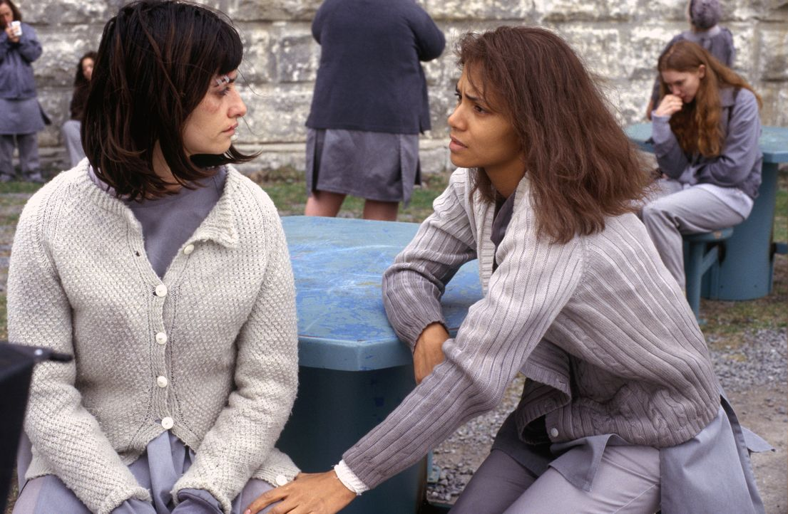 Die Kriminalpsychologin Dr. Miranda Grey (Halle Berry, r.), die in einem Frauengefängnis für mental gestörte Verbrecherinnen arbeitet, engagiert sic... - Bildquelle: 2004 Sony Pictures Television International. All Rights Reserved.