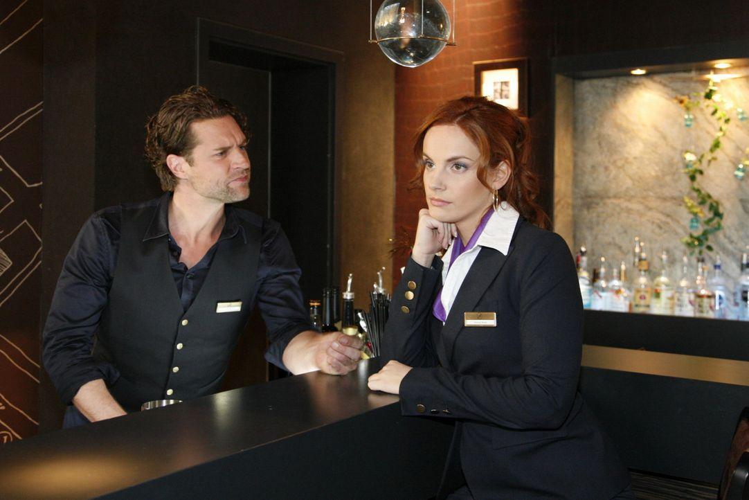 Manu (Marie Zielcke, r.) und Toni (Ron Holzschuh, l.) raufen sich nach ihrem Streit wieder zusammen. Zur Versöhnung wollen sie gemeinsam verreisen,... - Bildquelle: SAT.1