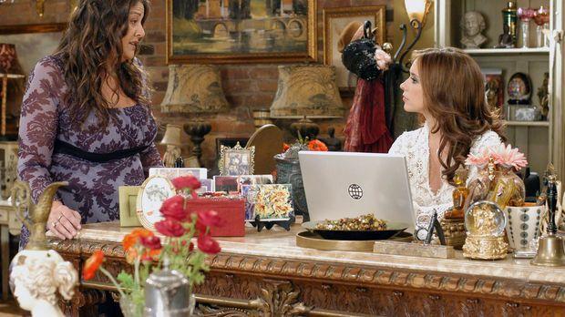 Melinda (Jennifer Love Hewitt, r.) erzählt Delia (Camryn Manheim, l.) von der...