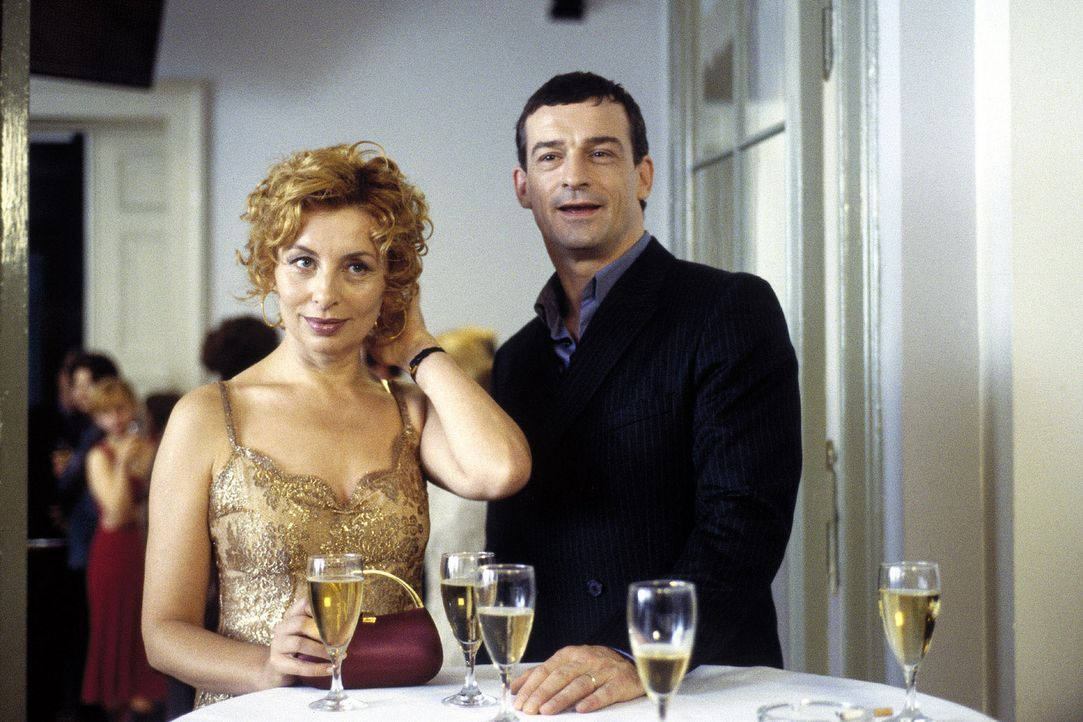 Camilla (Teresa Harder, l.) hat ihrem Mann Mario (Thomas Sarbacher, r.) etwas verschwiegen. - Bildquelle: Krumwiede Sat.1
