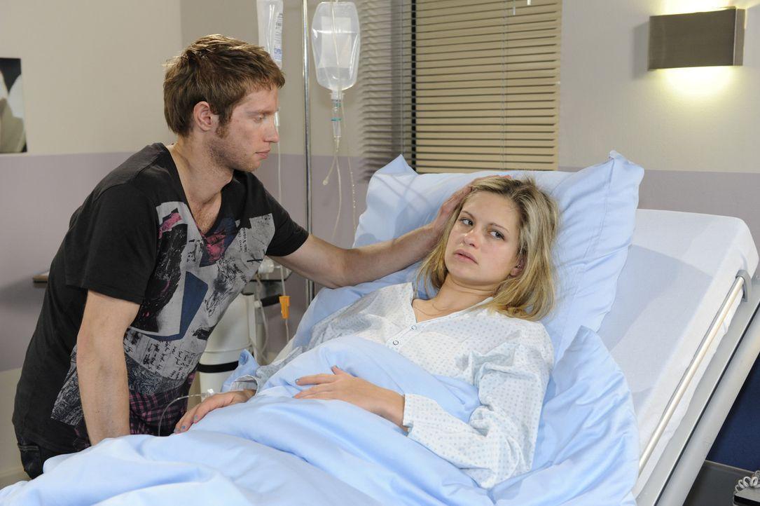 Jojo (Bernhard Bozian, l.) macht sich Sorgen um Mia (Josephine Schmidt, r.), die nach dem Brand in der Goldelse ins Krankenhaus musste ... - Bildquelle: SAT.1