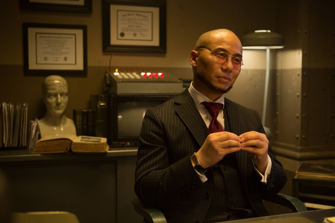 In Arkham leitet Dr. Hugo Strange (B.D. Wong) die Psychiatrie. Doch mit ihm ist nicht zu spaßen ... - Bildquelle: Warner Brothers